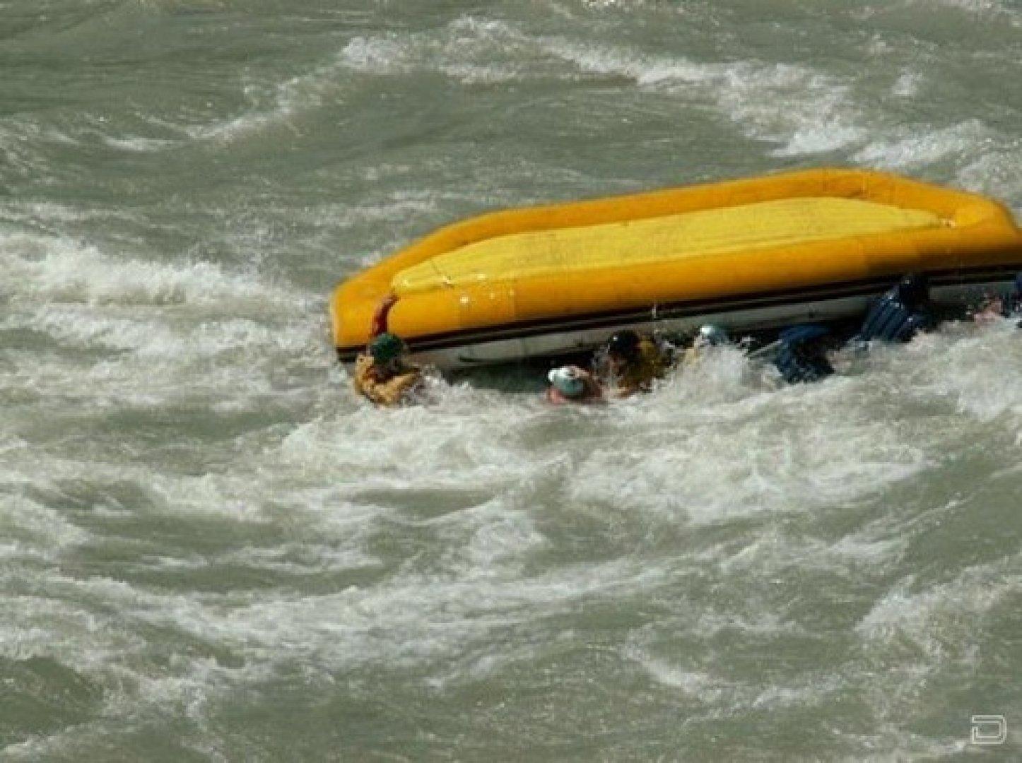как поднять утопающего в лодку