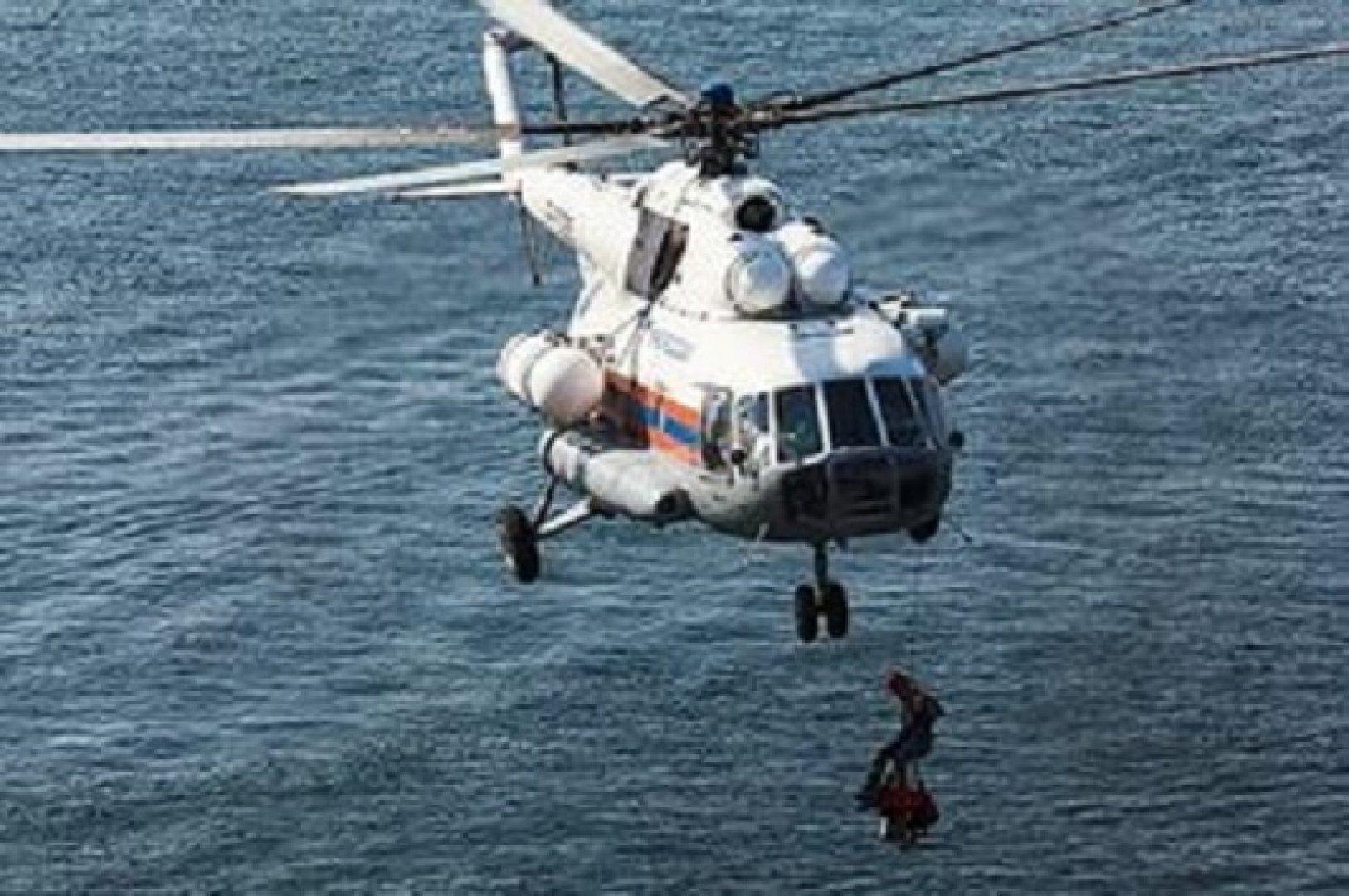 рыбаков спасли на вертолете
